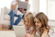 تحذير طبي : الهواتف الذكية تسبب السمنة للاطفال
