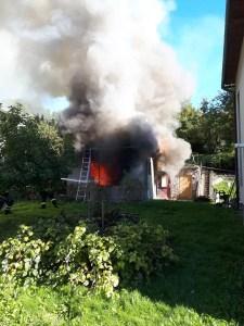 Požár přístřešku vedle domu