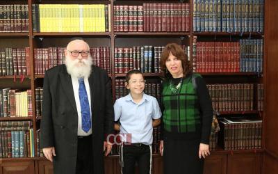 INDE : Huit ans après l'attentat, Moishy Holtzberg revient visiter le Beth Habad de Mumbai