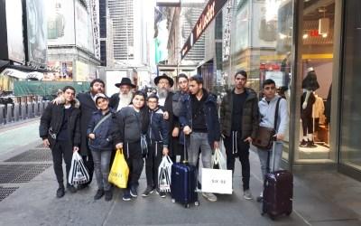 Photo du jour : un groupe de jeunes parisiens chez le Rabbi