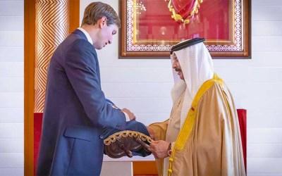 Jared Kushner donne un Sefer Torah au roi de Bahreïn pour la communauté juive de son pays