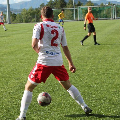 Stian Pedersen (2) har ballen i kampen mot Ellingsøy.