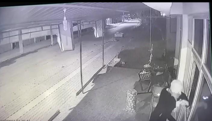 Kapıyı açmak isteyen hırsız camın kırılmasıyla paniğe kapılınca diğer camları da kırdı