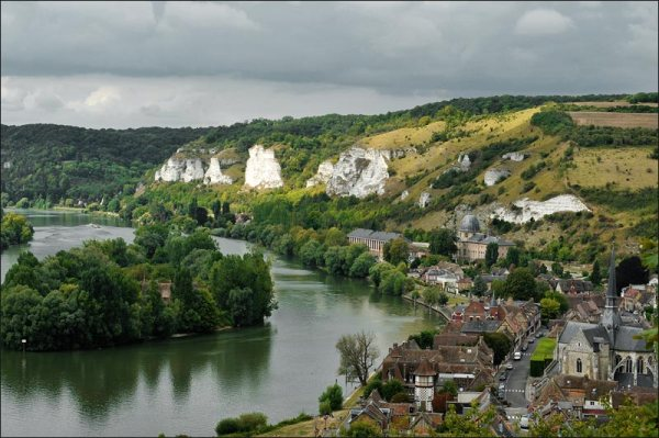 la ville se blotte sur un méandre de la Seine