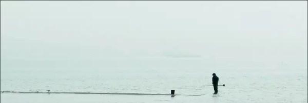 un pêcheur à la recherche des vers