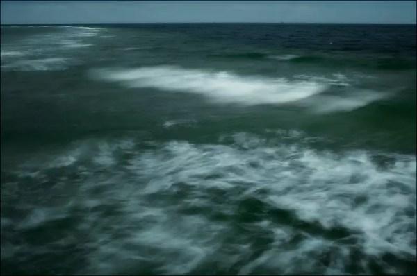 des vagues de la mer Baltique touchent la plage