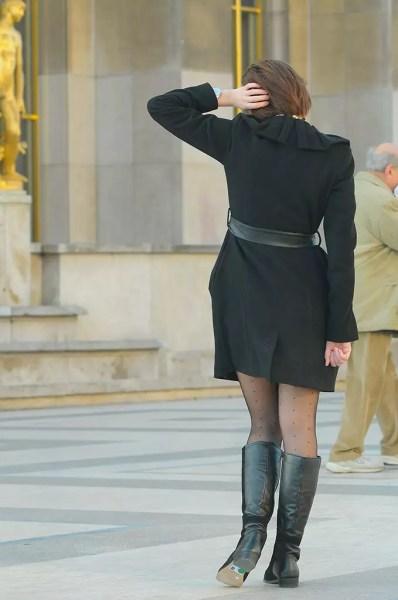 une fille se pose devant laTour Eiffel