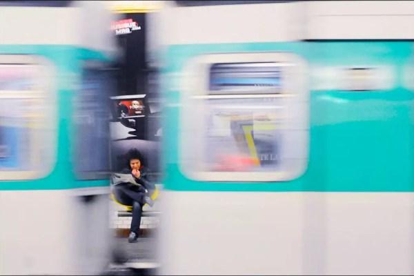 lectrice dans une station du métro, Paris IV