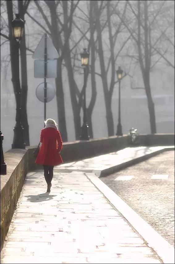 manteau court en rouge dans la rue au contre-jour