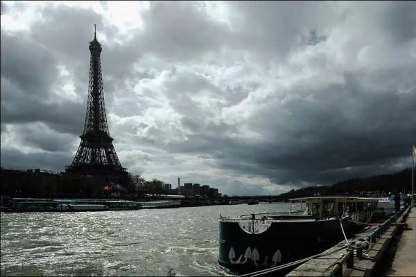au contre-jour, il est justement joli le fleuve. Au-dessous de la Plle de Debilly, Paris XVI