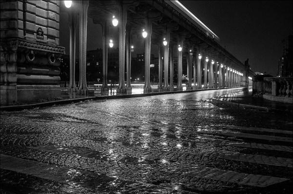 une soirée pluvieuse. Pont de Bir-Hakeim, Paris 2011.