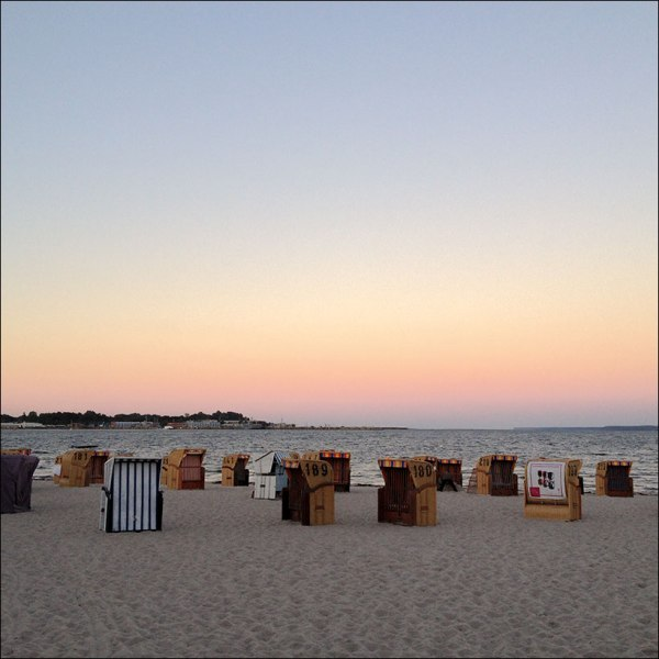 le soleil se couche sur la plage d'Eckernförde. 2014.