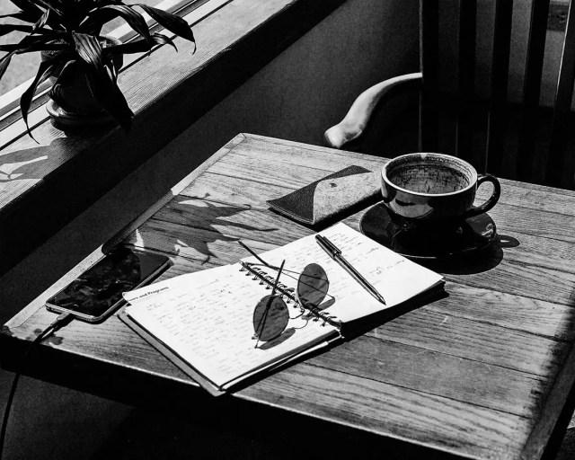 au café, le carnet à la table
