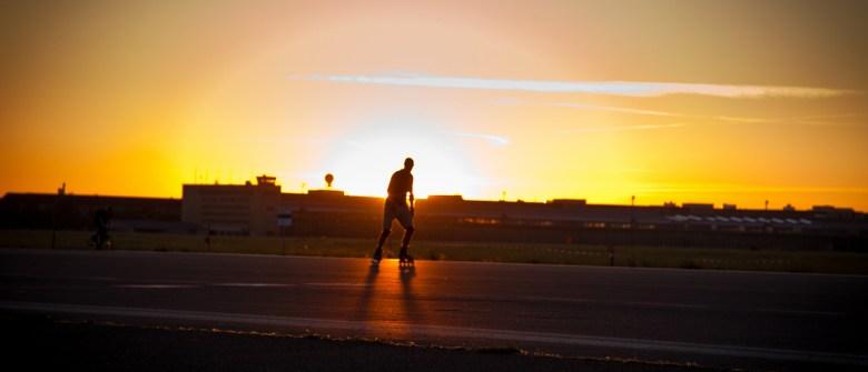Skater im Sonnenuntergang auf dem Flughafen Berlin Tempelhof