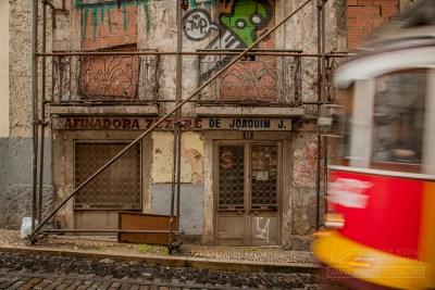 Häuserruinen in der Altstadt von Lissabon