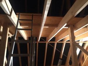 Der Dachboden wird mit OSB-Platten ausgelegt.