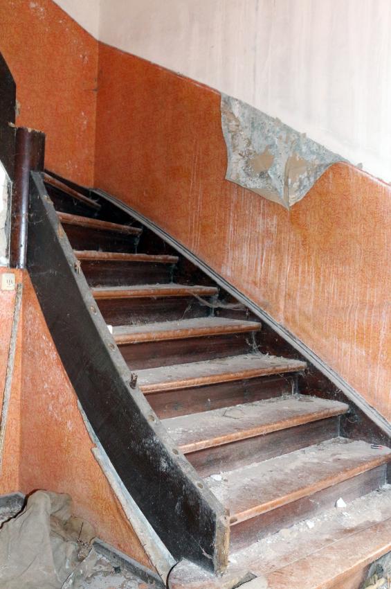 Eine Holztreppe sandstrahlen » Das sollten Sie beachten
