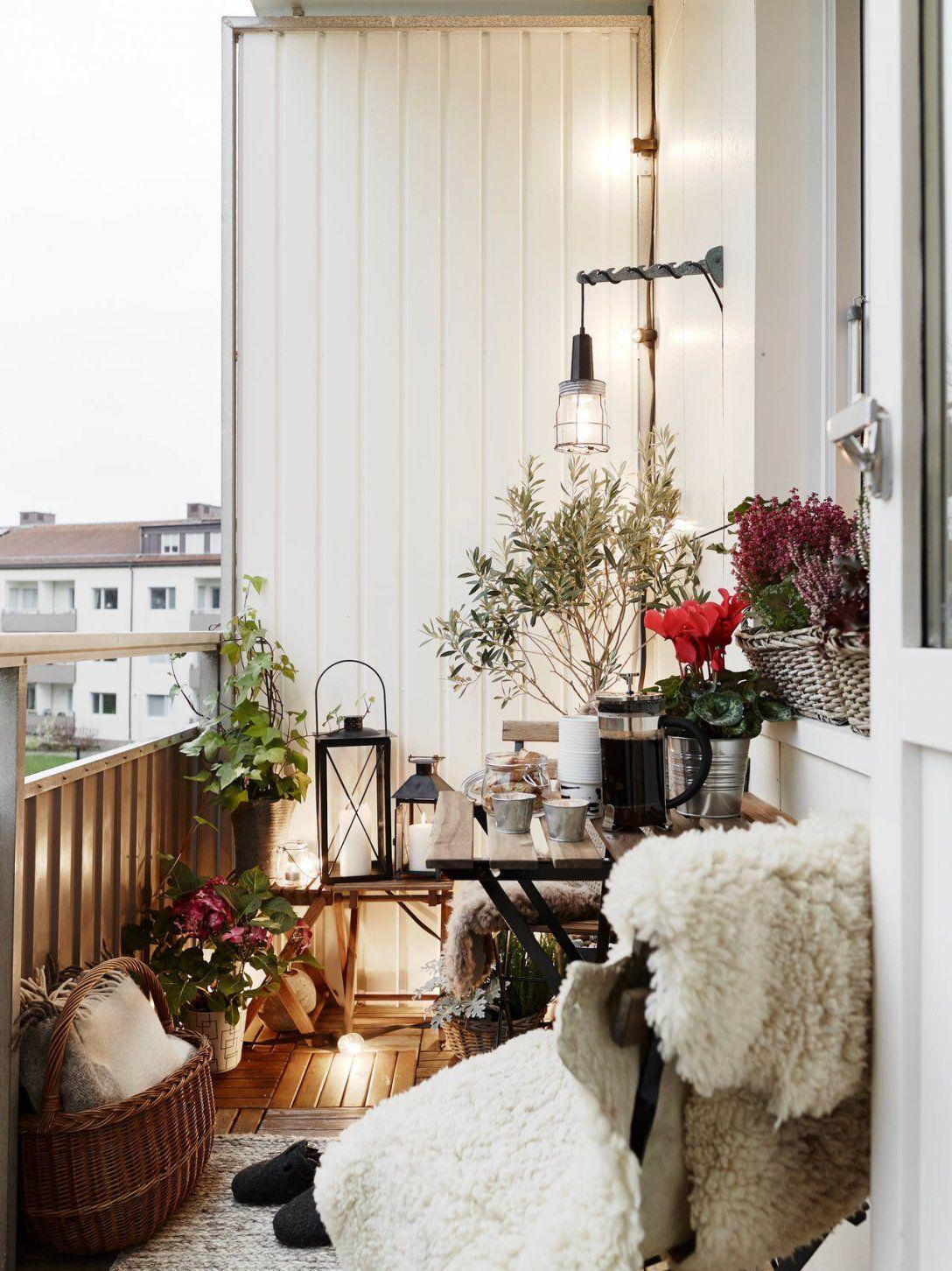 kleine balkone gestalten der kleine balkon mit blick ins grne hatte eine frischekur dringend. Black Bedroom Furniture Sets. Home Design Ideas