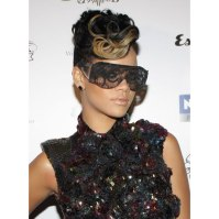 Rihanna in a-morir lace Sioux sunglasses