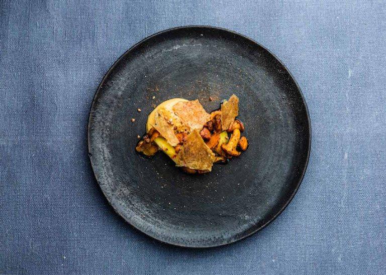 Chanterelles x egg yolk x chicken skin Photo: Jürgen Grünwald