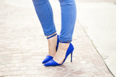 An Dyer wearing JustFab Monroe Almond Toe Pumps and Rock & Republic Kashmiere Skinny Jeans