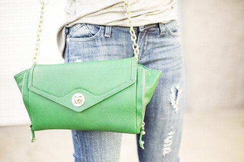 An Dyer wearing Sole Society Cassie Leather Envelope Clutch Kelly Green, Rock & Republic Berlin Distressed Skinny Jeans