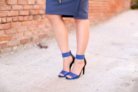 An Dyer wearing ShoeDazzle Kaleen blue sandals