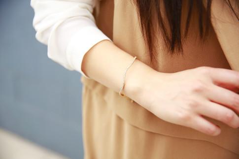 An Dyer wearing Mejuri Curve bracelet