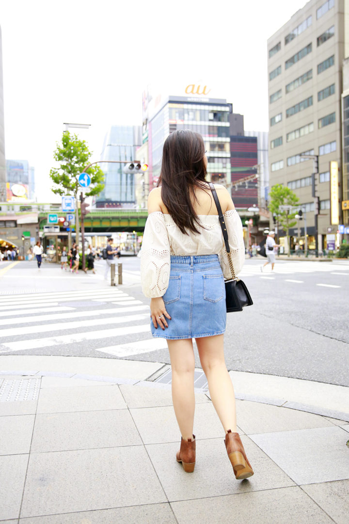 an-dyer-wearing-denim-skirt