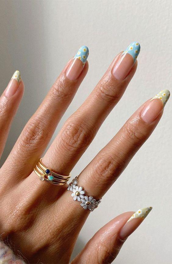 Daisy nail art trends for summer 2021