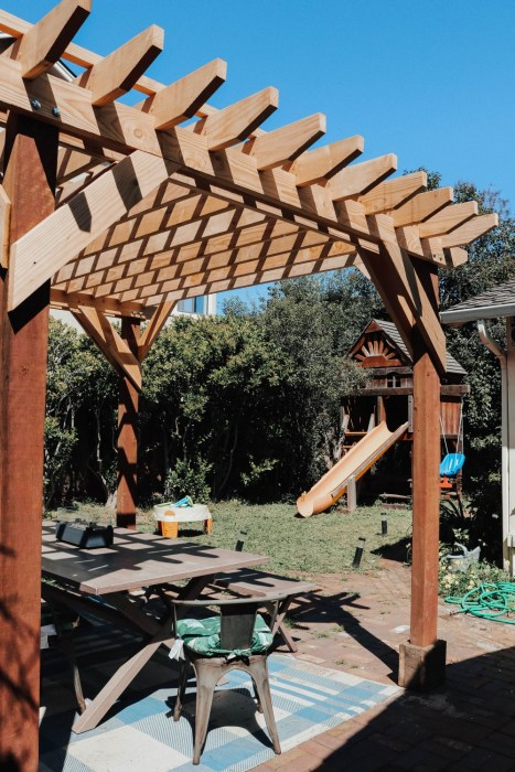 Outdoor DIY project wood pergola. Sharing how we built it ourselves on the blog. #woodpergola #outdoorliving #outdoorspaces #diyproject #homediy