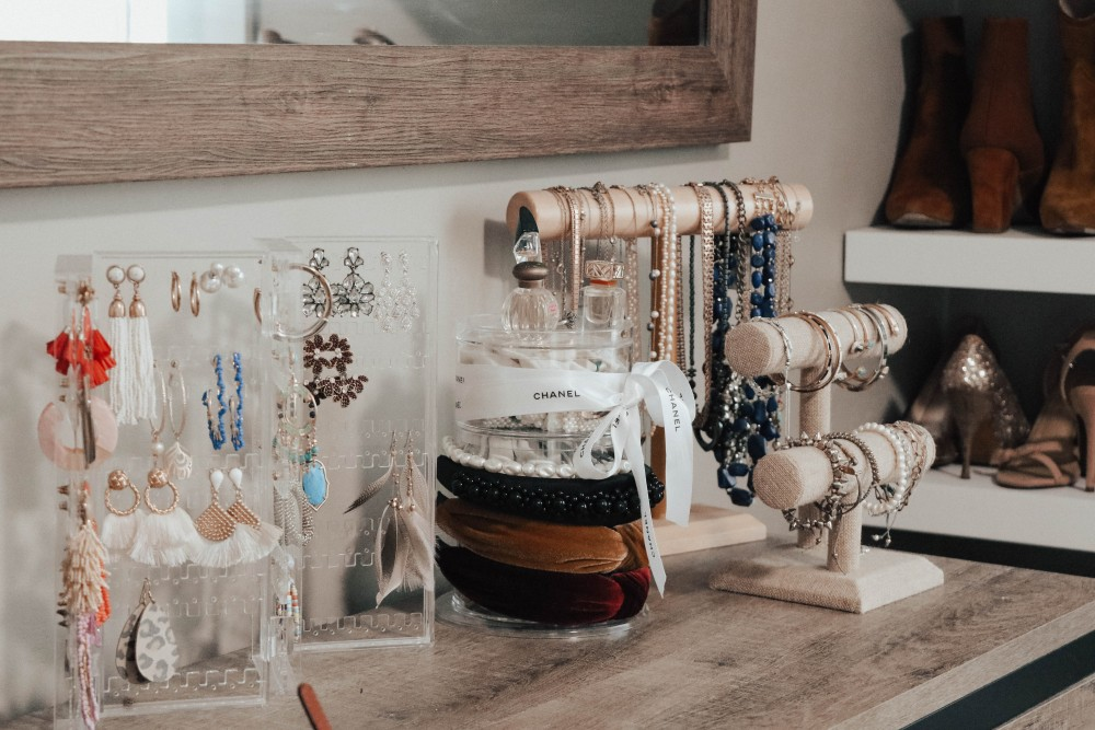 Acrylic earring holder is great for storing all your statement earrings in one place and keep your dresser looking tidy! #homestoragesolutions #homeorganization #earringholder
