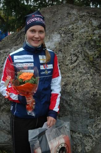 Maren med blomster og medalje NM-stafett