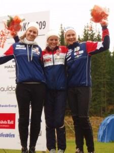 F.v. Therese Haare, Ingjerd Myhre og Maren. Pallen NM lang D17-18 2009