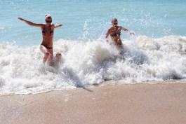 Hjelp, bølgen tar oss.