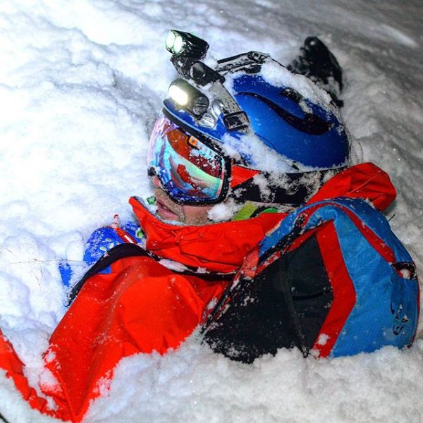 Menn liker også å leke i snøen.