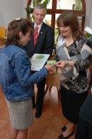 Jiřina Chlebovská ze Sítě MC se senátorem Jiřím Nedomou gratuluje ředitelce Farní charity Kralupy Barboře Kovářové.