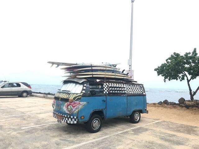 ハワイの高速道路にサーフボードの落とし物、風が強い日は特に気を付けて