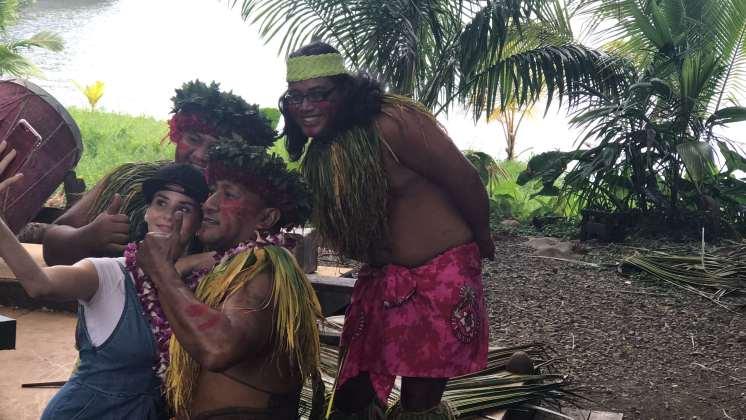 Hawaiianische Tänzer mit Betty Taube in Hawaii