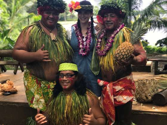 Betty Taube in Hawaii mit Hawaiianern