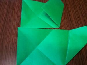 上段の様に、右の角を中心に合わせて折り、一度広げてから、下段の様に、付けた折り目に合わせて更に1/2に折ります。
