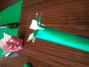 6,出来上がった茎の部分の上部に、4箇所切り込みを入れて外側に開きます。