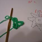 一段目はこま編み8目編み、二段目は鎖編み6目編んで、引き抜き編み。写真は2目編み終わったところ。