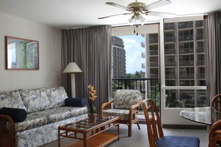Hawaii on a Budget: 5 Cheap Hotels on Oahu featured by top Hawaii travel blog, Hawaii Travel with Kids: The Imperial of Waikiki is an affordable Waikiki hotel for families