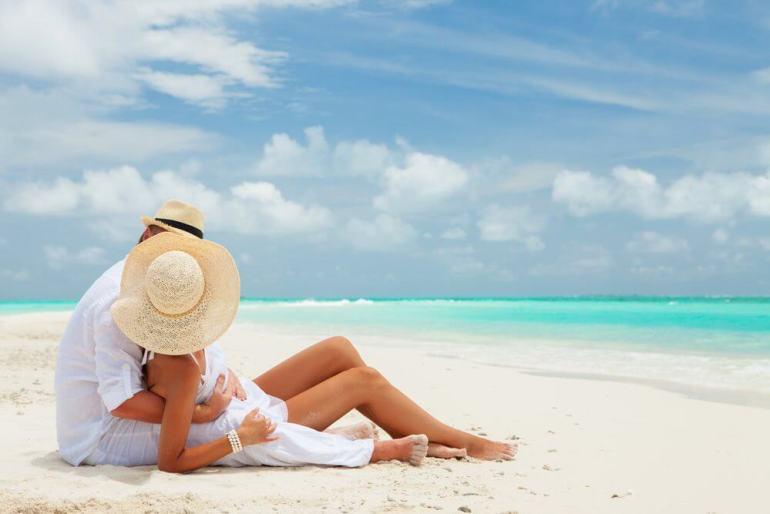 The Ultimate Hawaii Honeymoon Packing List featured by top Hawaii blog, Hawaii Travel with Kids: Hawaii Honeymoon couple