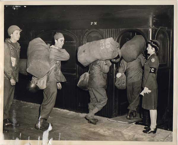 photo-troops-at-train-wwii