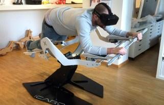 Persona que mantiene una posición para ejercitarse con Ícaro, fitness realidad virtual.