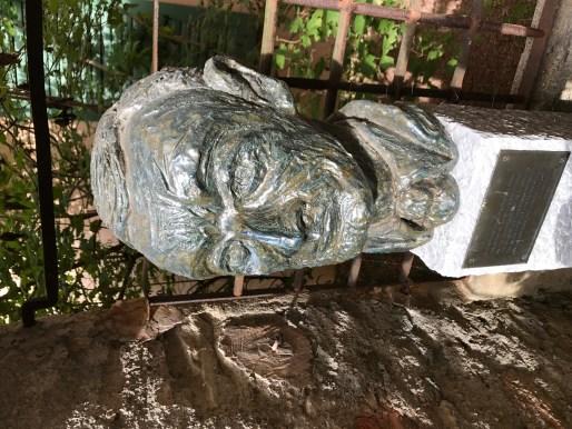 Hesse Arka Bahçe Büst 2