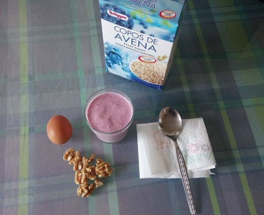 batido leche fresas arandanos avena nueces un huevo