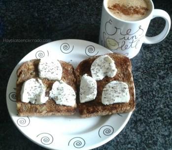 cafe con leche avena y canela. tostada pan aleman masa madre con aove mozzarella i albahaca